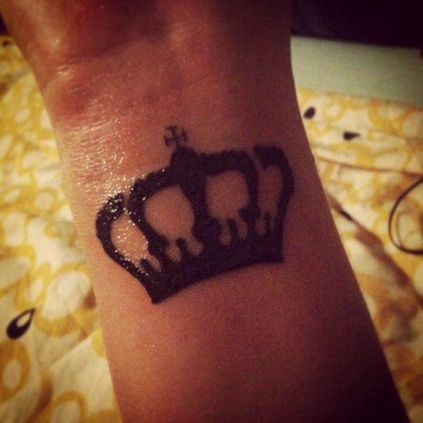 Корона на руке наколка фото