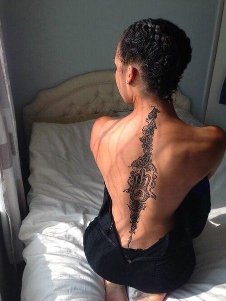 Фото тату у девушки на спине
