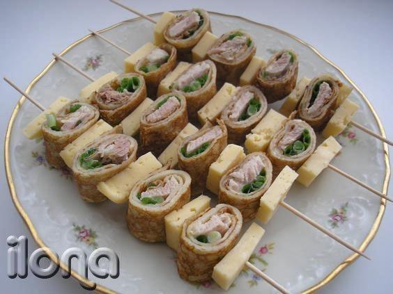 Оригинально оформленные закуски на шпажках с фото